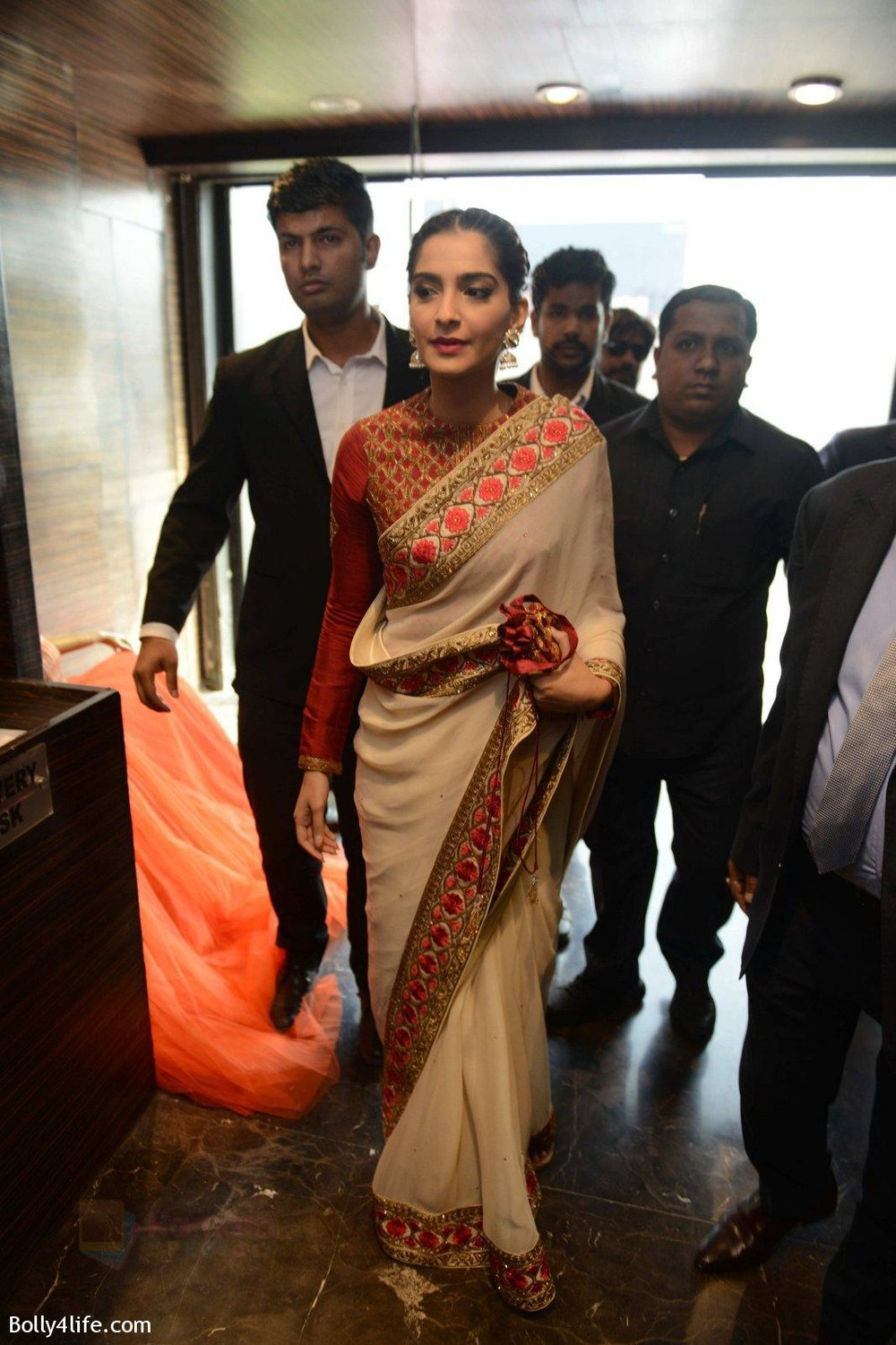 Sonam-Kapoor-during-the-launch-of-the-first-Indian-Bridal-Fashion-Week-Wedding-Store-in-New-Delhi-on-9th-Sept-2016-7.jpg