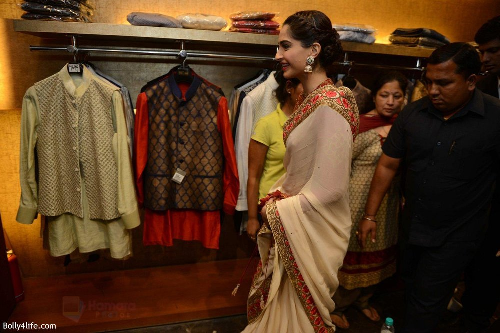 Sonam-Kapoor-during-the-launch-of-the-first-Indian-Bridal-Fashion-Week-Wedding-Store-in-New-Delhi-on-9th-Sept-2016-10.jpg