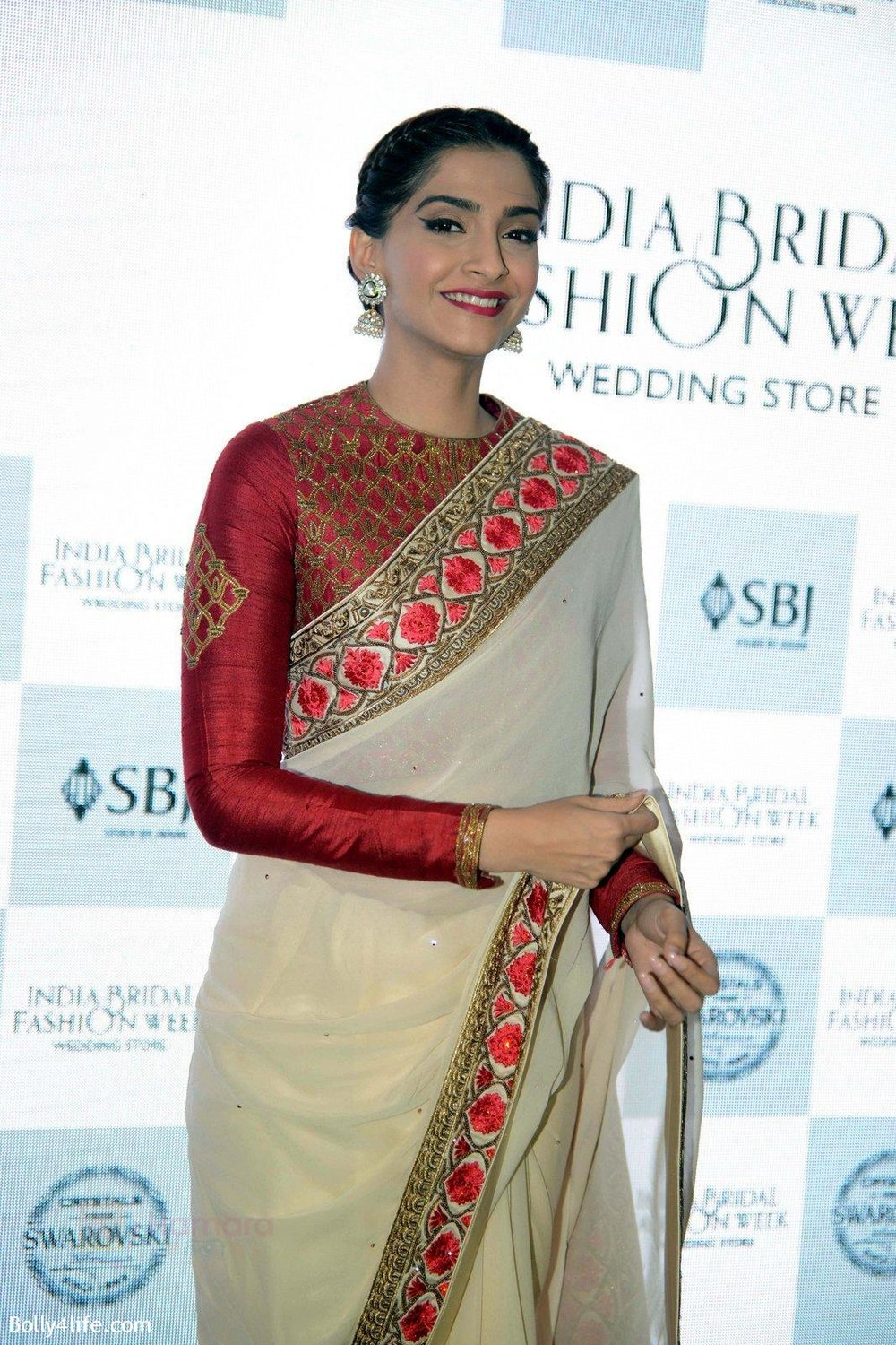 Sonam-Kapoor-during-the-launch-of-the-first-Indian-Bridal-Fashion-Week-Wedding-Store-in-New-Delhi-on-9th-Sept-2016-25.jpg