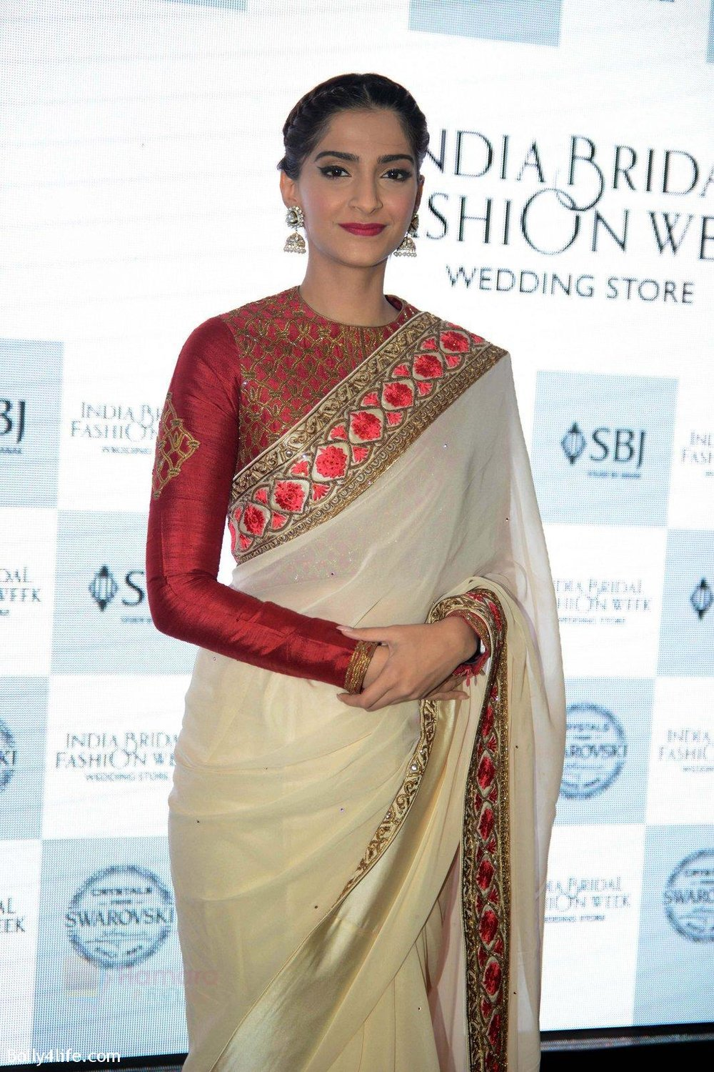Sonam-Kapoor-during-the-launch-of-the-first-Indian-Bridal-Fashion-Week-Wedding-Store-in-New-Delhi-on-9th-Sept-2016-27.jpg