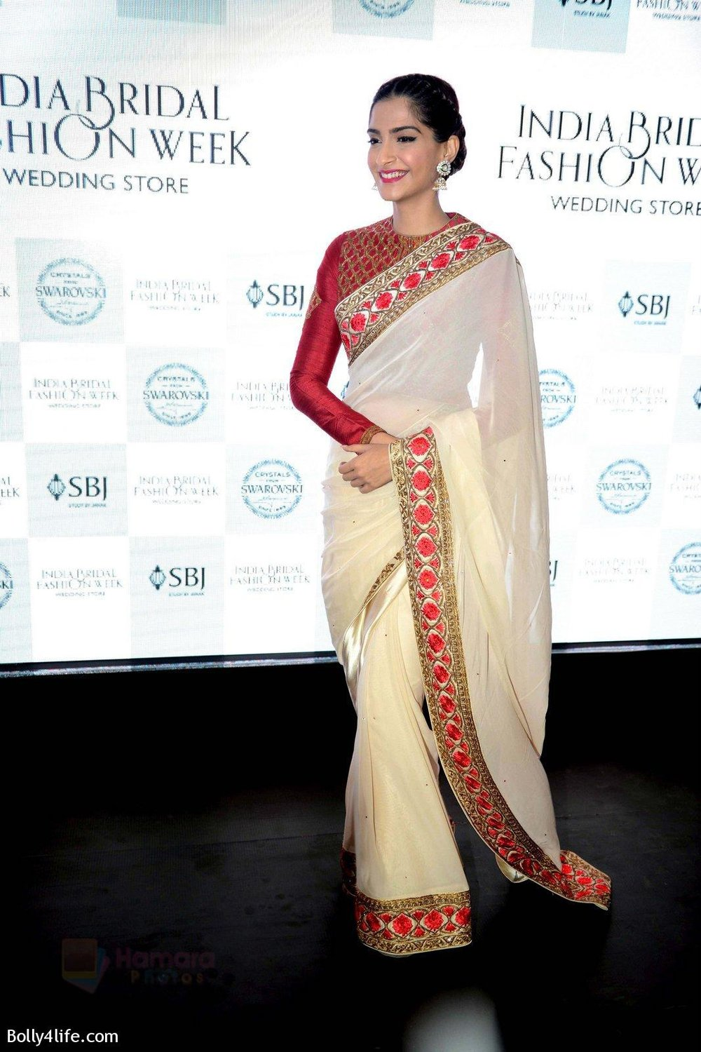 Sonam-Kapoor-during-the-launch-of-the-first-Indian-Bridal-Fashion-Week-Wedding-Store-in-New-Delhi-on-9th-Sept-2016-30.jpg