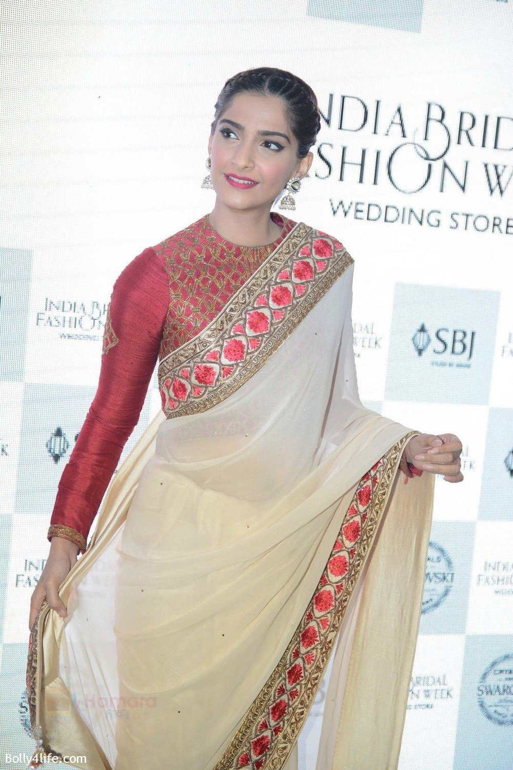 Sonam-Kapoor-during-the-launch-of-the-first-Indian-Bridal-Fashion-Week-Wedding-Store-in-New-Delhi-on-9th-Sept-2016-35.jpg