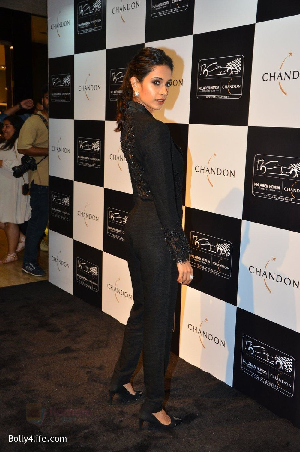 Sarah-Jane-Dias-at-the-unveiling-Chandon-X-McLaren-Honda-installation-in-Mumbai-on-9th-Sept-2016-46.jpg