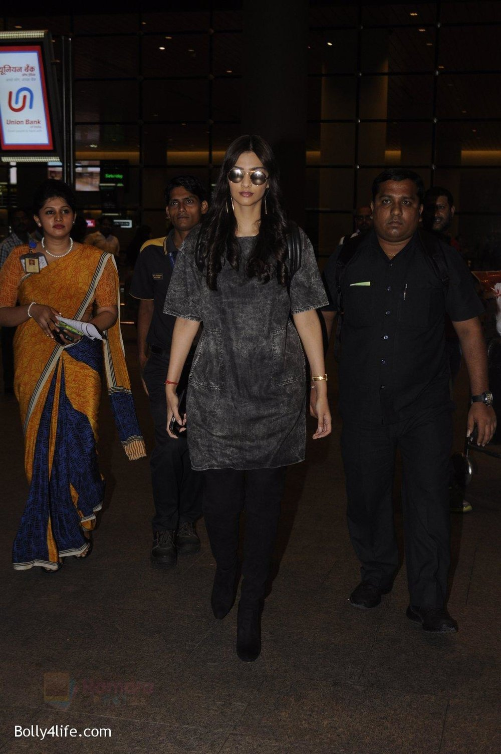 Sonam-Kapoor-snapped-at-airport-on-10th-Sept-2016-25.jpg