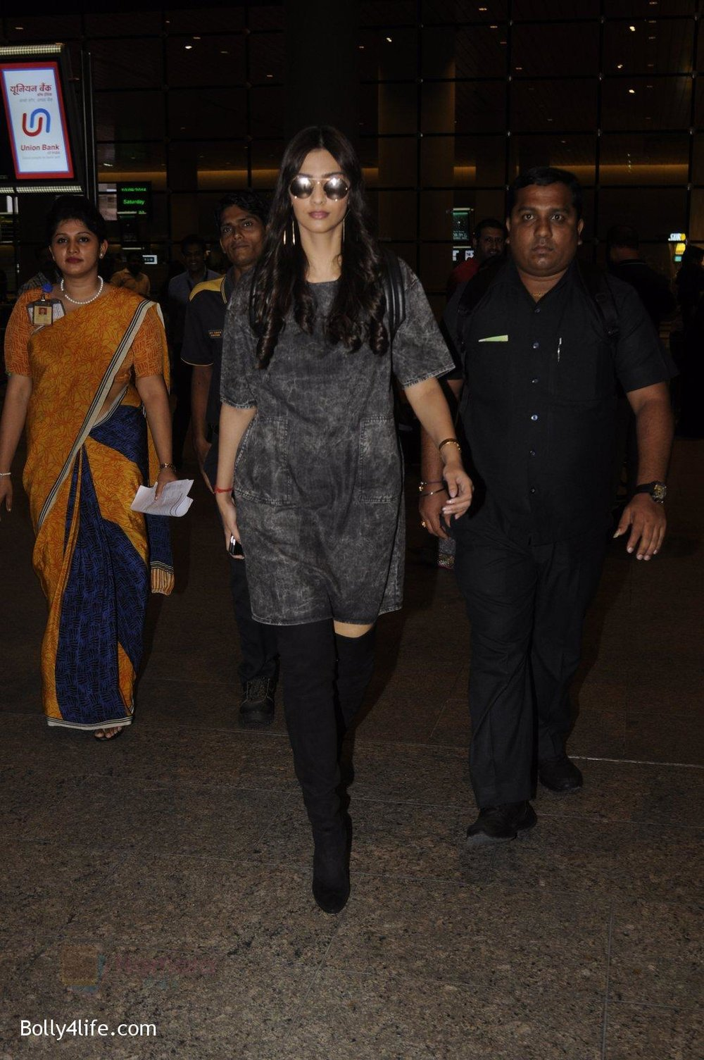 Sonam-Kapoor-snapped-at-airport-on-10th-Sept-2016-27.jpg