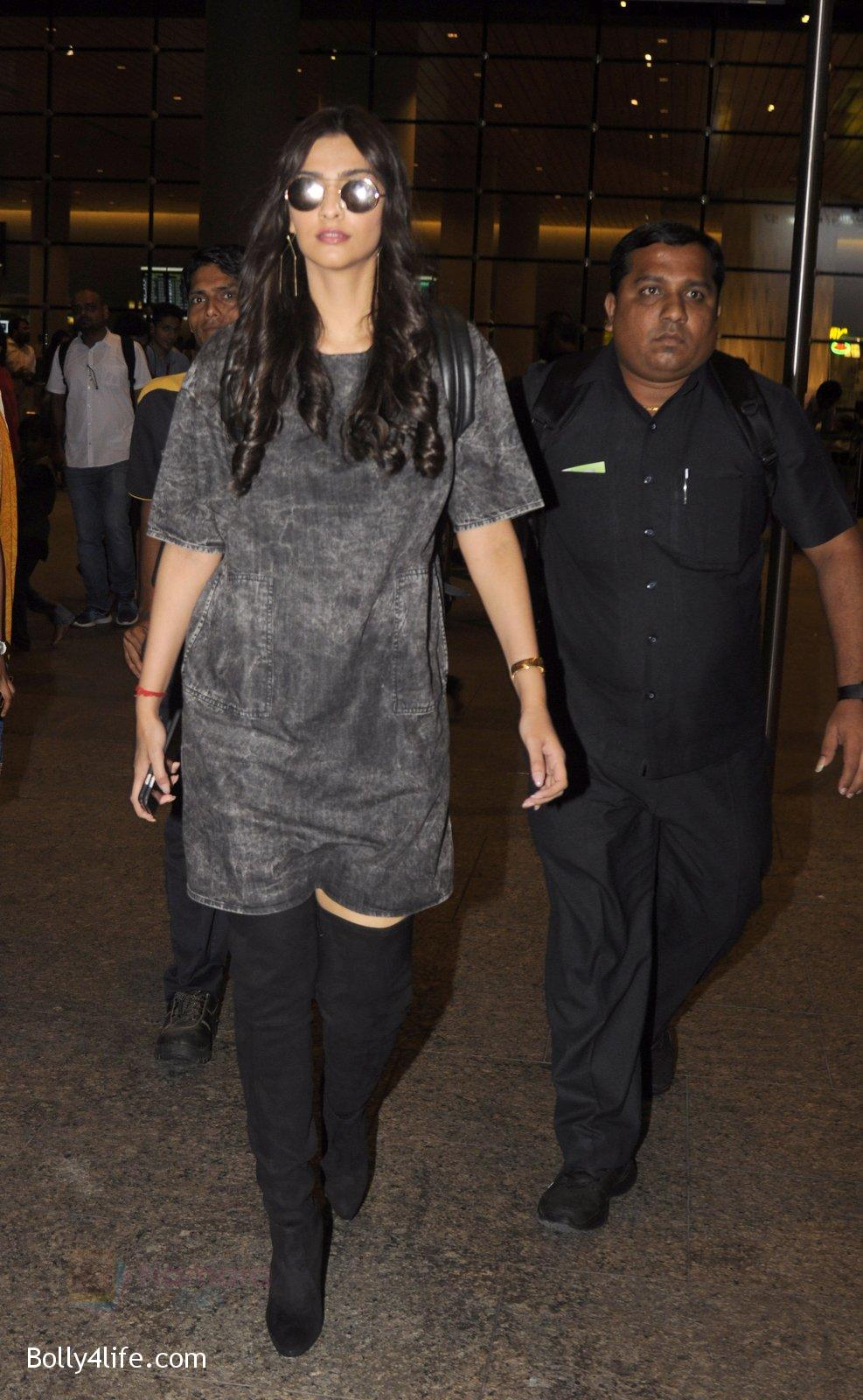 Sonam-Kapoor-snapped-at-airport-on-10th-Sept-2016-31.jpg