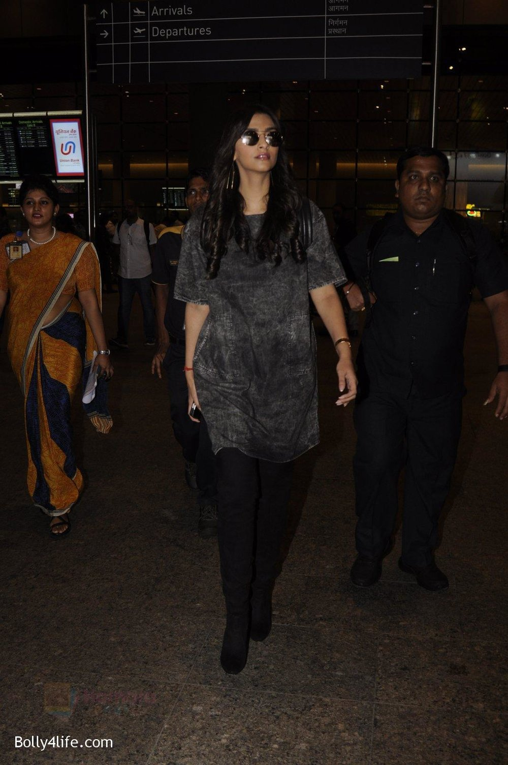 Sonam-Kapoor-snapped-at-airport-on-10th-Sept-2016-33.jpg