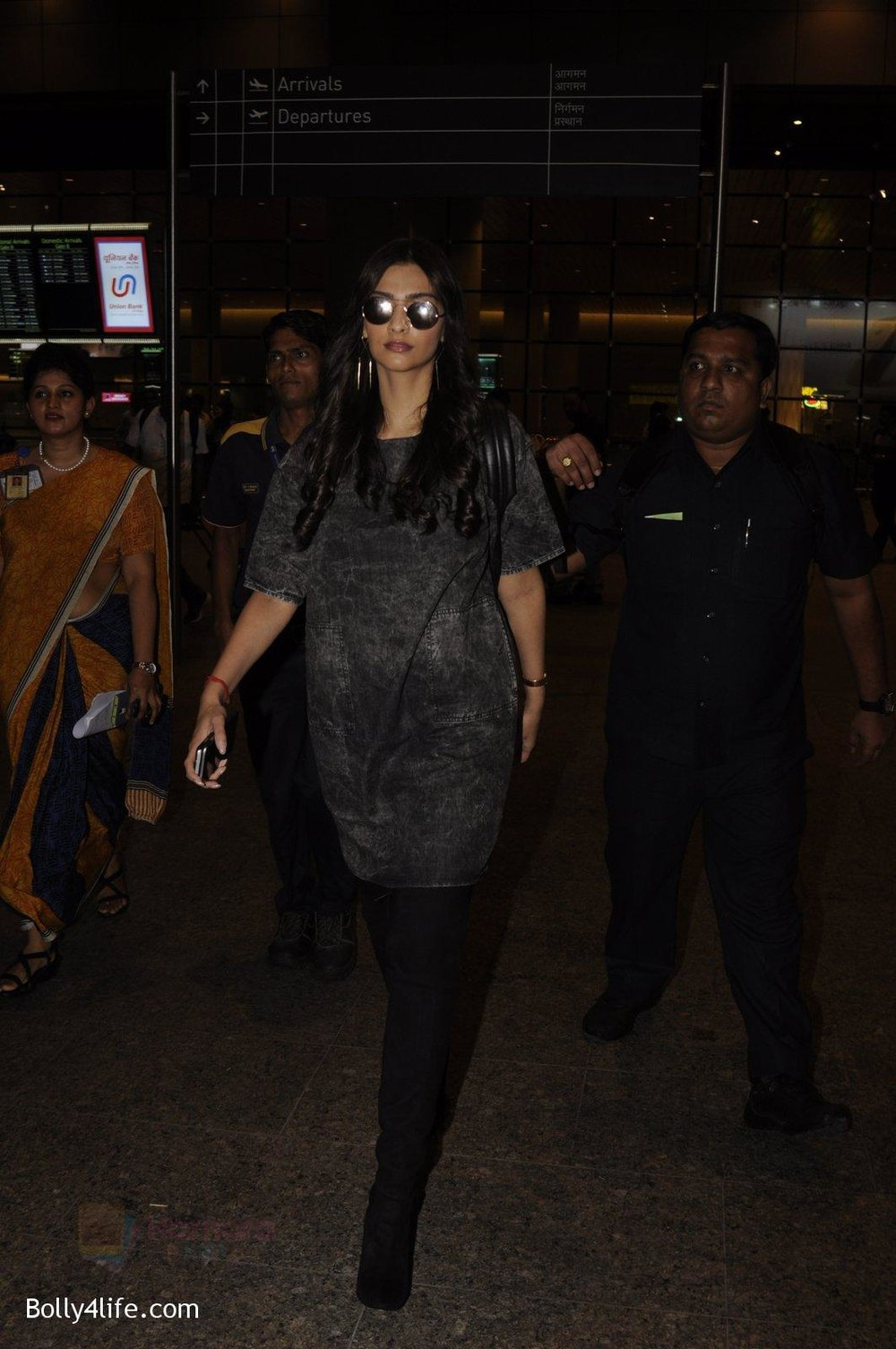 Sonam-Kapoor-snapped-at-airport-on-10th-Sept-2016-36.jpg