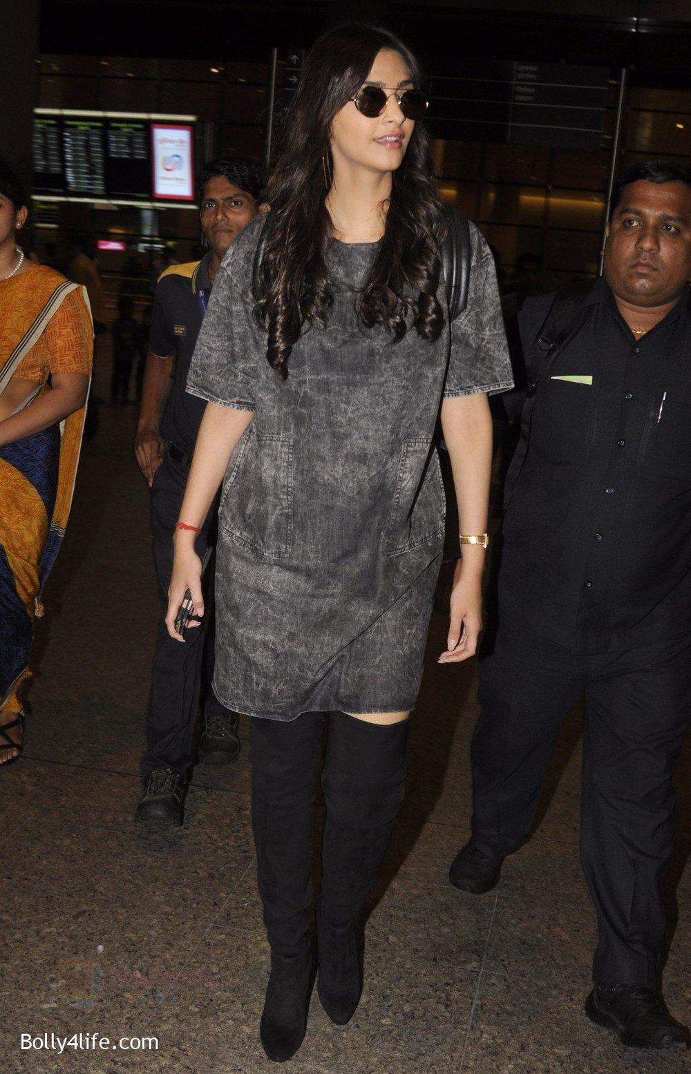 Sonam-Kapoor-snapped-at-airport-on-10th-Sept-2016-41.jpg