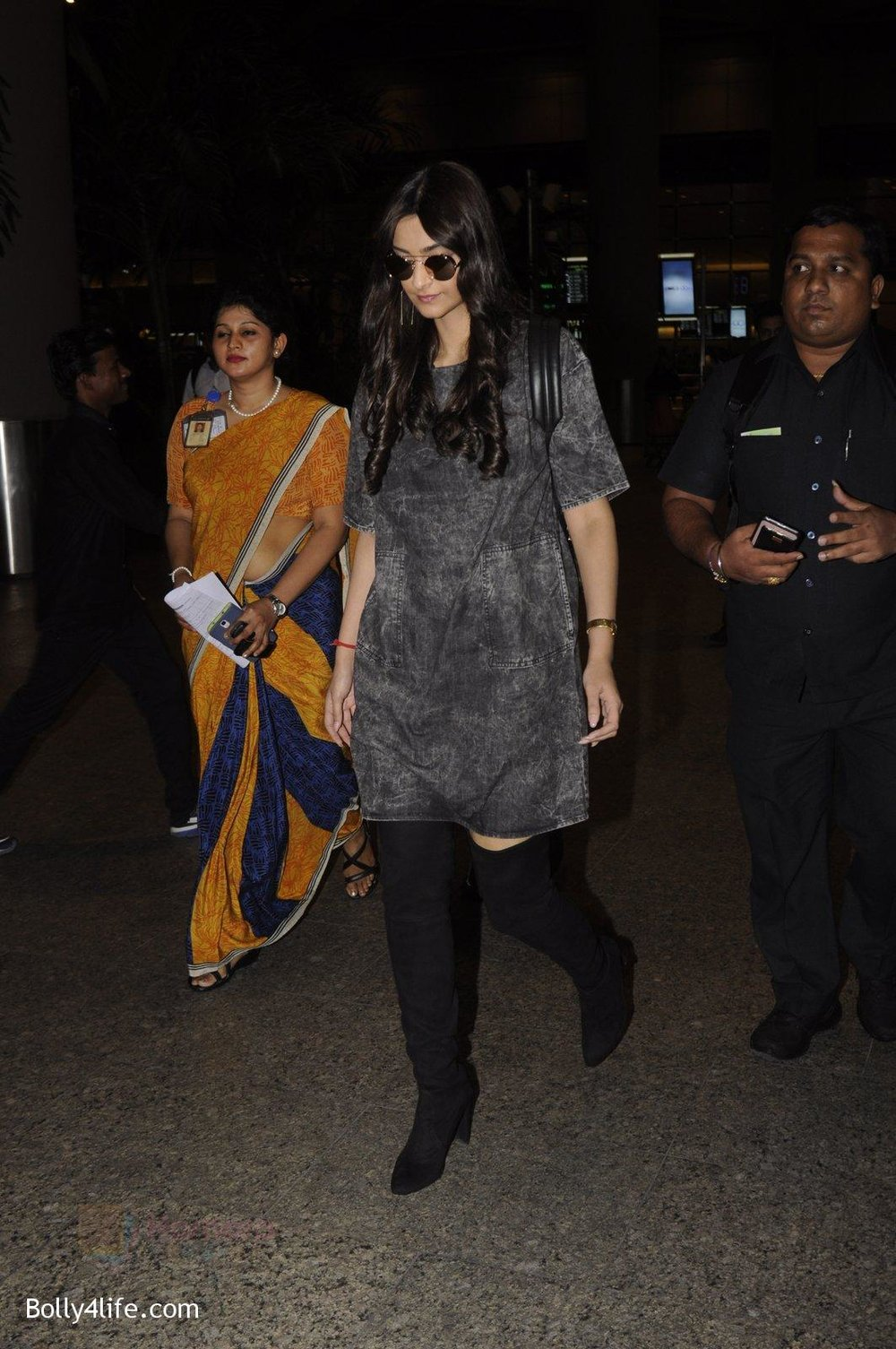 Sonam-Kapoor-snapped-at-airport-on-10th-Sept-2016-43.jpg