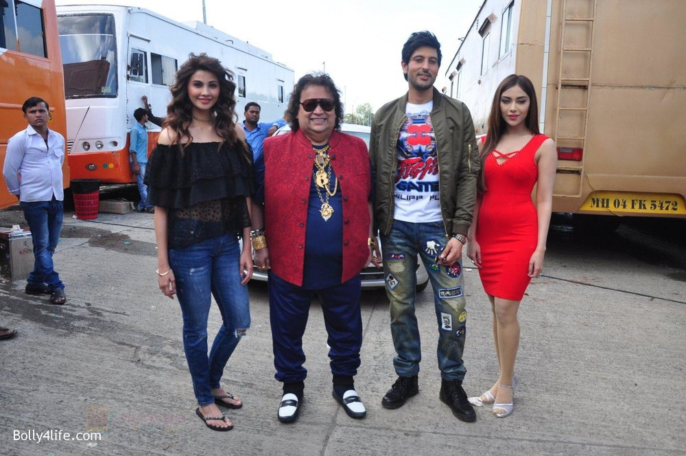 Daisy-Shah-Bappi-Lahiri-Rishi-Bhutani-Angela-Krislinzki-on-location-of-film-Ramratan-on-12th-Sept-2016-34.jpg