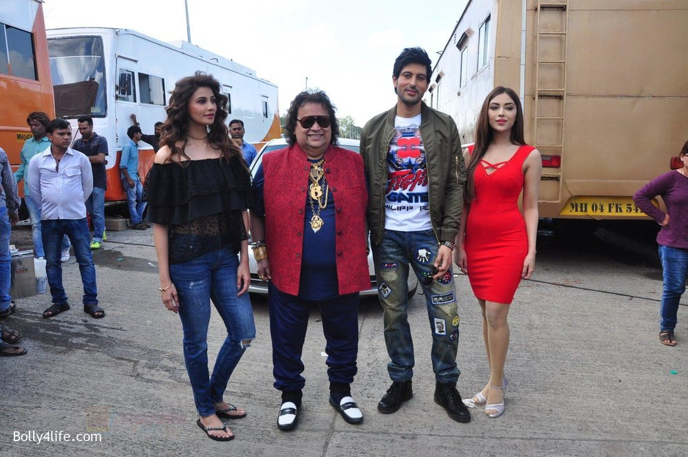 Daisy-Shah-Bappi-Lahiri-Rishi-Bhutani-Angela-Krislinzki-on-location-of-film-Ramratan-on-12th-Sept-2016-36.jpg