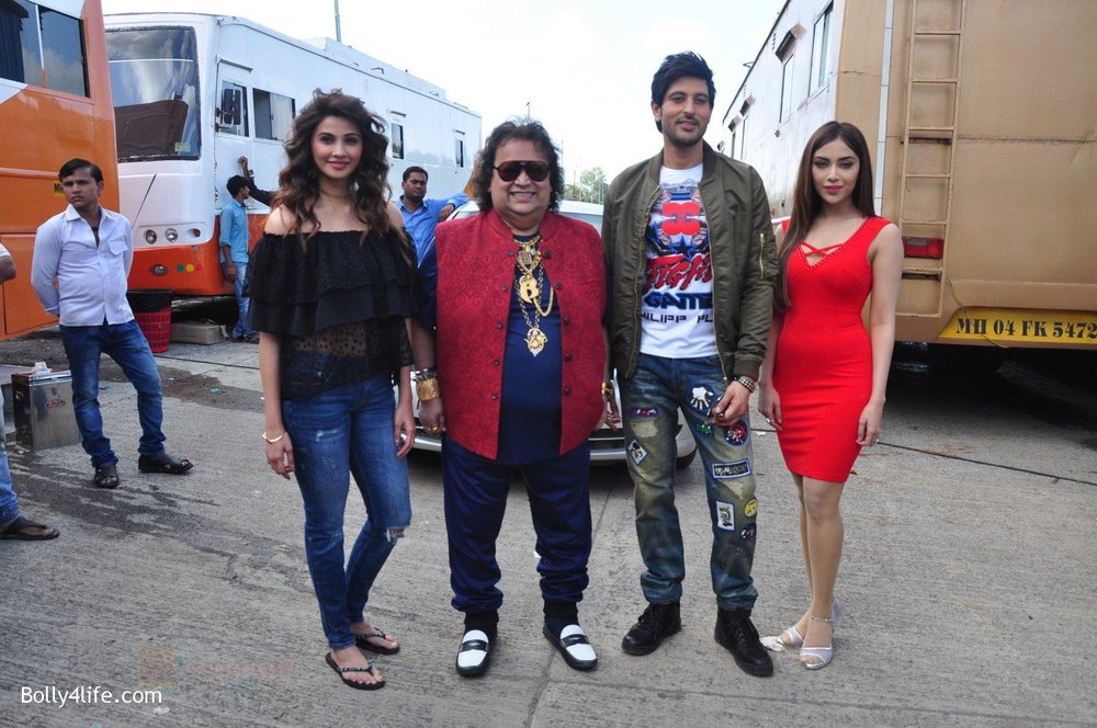 Daisy-Shah-Bappi-Lahiri-Rishi-Bhutani-Angela-Krislinzki-on-location-of-film-Ramratan-on-12th-Sept-2016-40.jpg