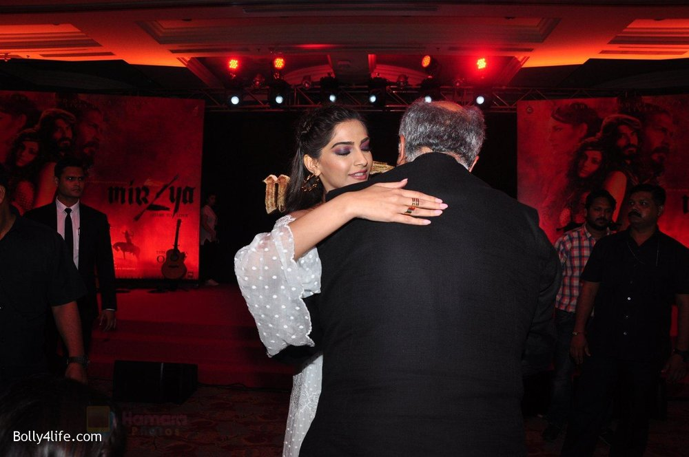 Sonam-Kapoor-at-the-Audio-release-of-Mirzya-on-13th-Sept-2016-63.jpg