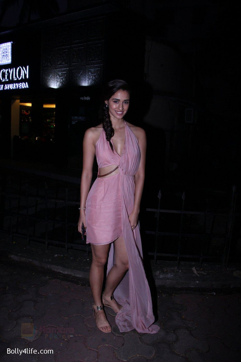 Disha-Patani-snapped-outside-her-apartment-on-13th-Sept-2016-9.jpg
