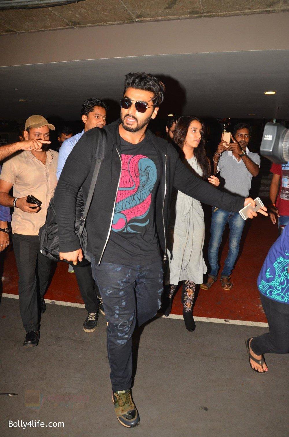 Arjun-Kapoor-return-from-NY-on-15th-Sept-2016-9.jpg