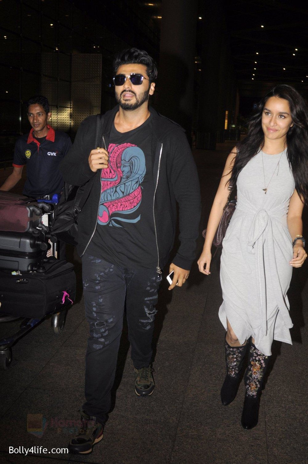 Shraddha-Kapoor-and-Arjun-Kapoor-return-from-NY-on-15th-Sept-2016-12.jpg