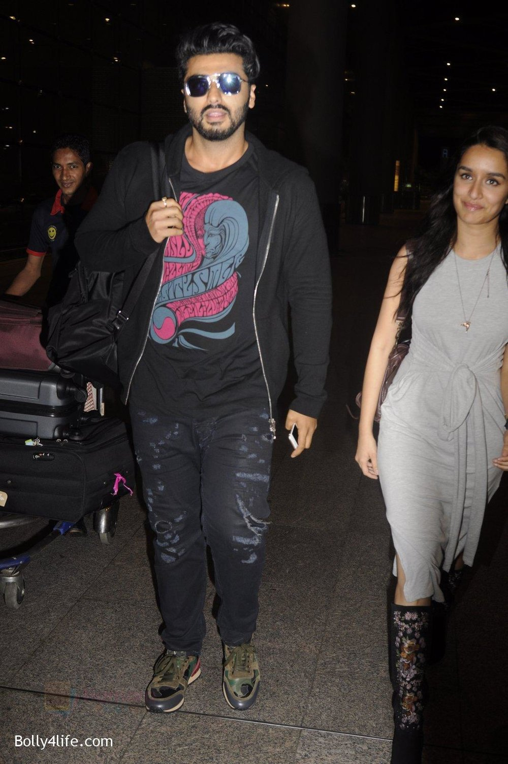 Shraddha-Kapoor-and-Arjun-Kapoor-return-from-NY-on-15th-Sept-2016-13.jpg