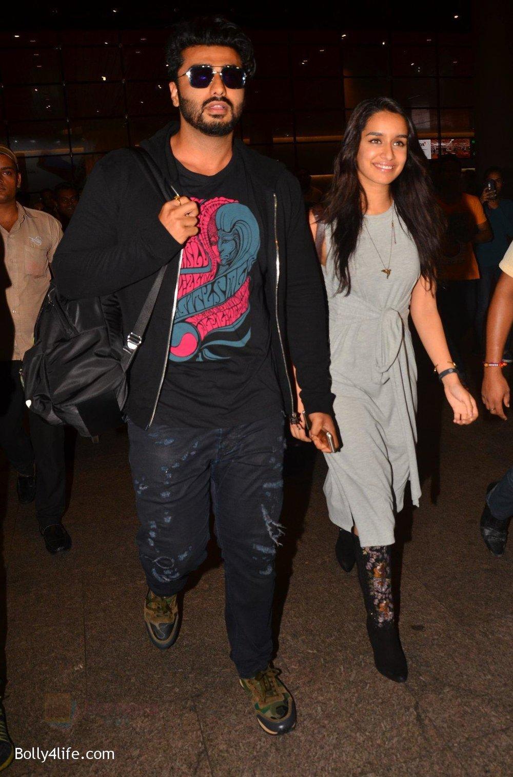 Shraddha-Kapoor-and-Arjun-Kapoor-return-from-NY-on-15th-Sept-2016-31.jpg