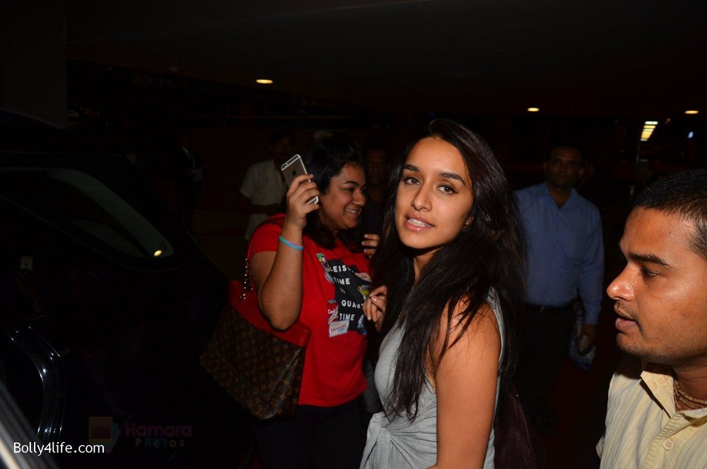 Shraddha-Kapoor-return-from-NY-on-15th-Sept-2016-38.jpg