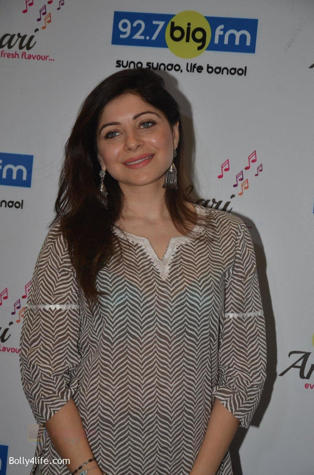 Kanika-Kapoor-at-Big-FM-on-14th-Sept-2016-6.jpg