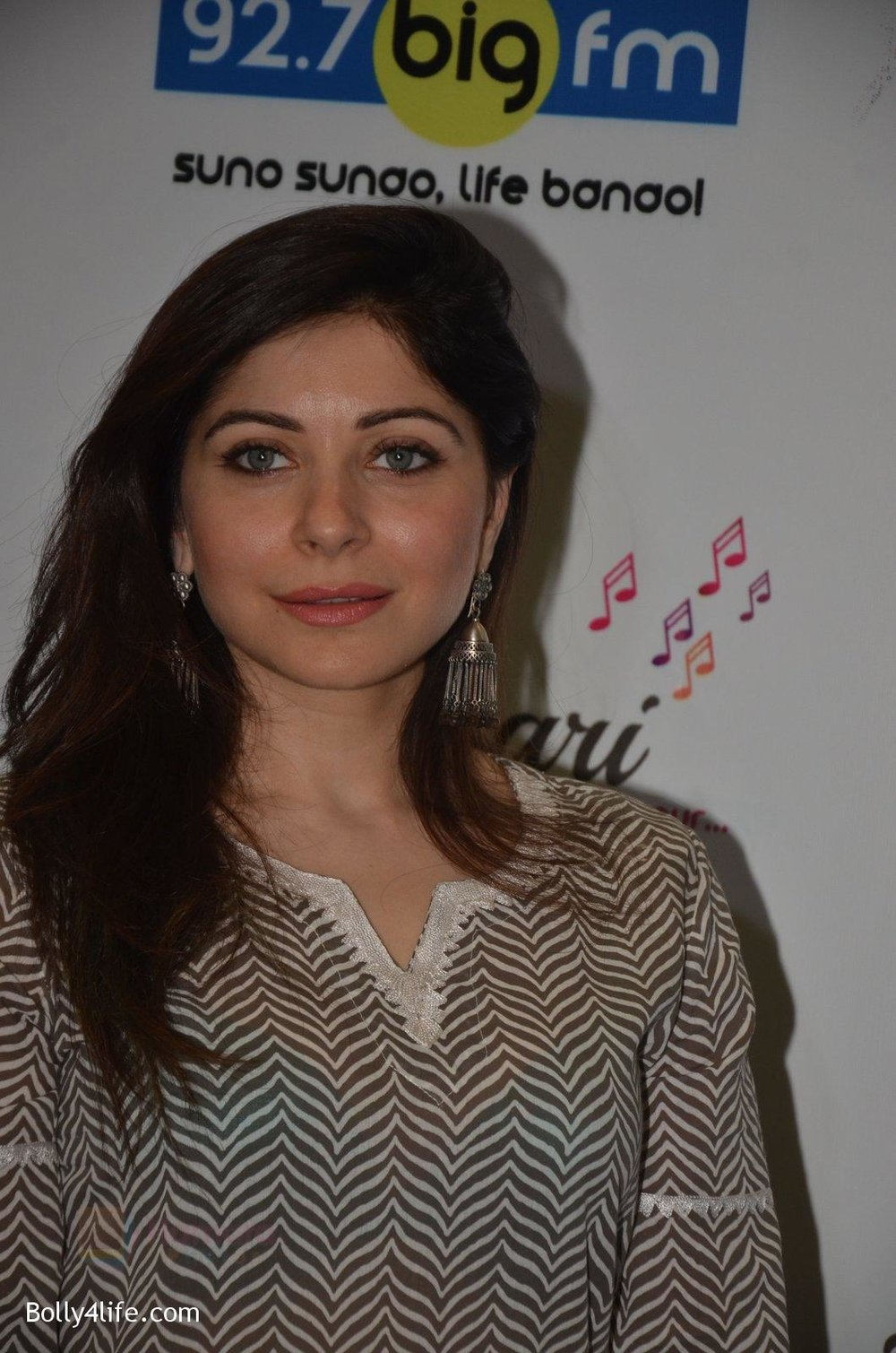 Kanika-Kapoor-at-Big-FM-on-14th-Sept-2016-7.jpg
