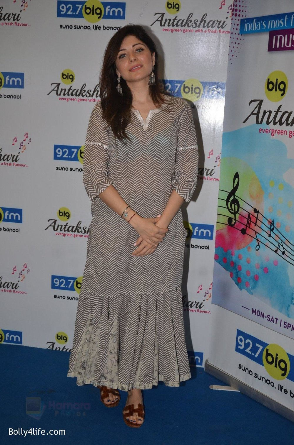 Kanika-Kapoor-at-Big-FM-on-14th-Sept-2016-10.jpg