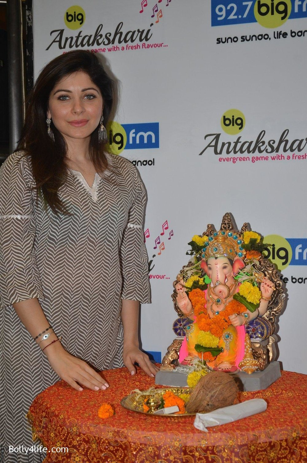 Kanika-Kapoor-at-Big-FM-on-14th-Sept-2016-20.jpg