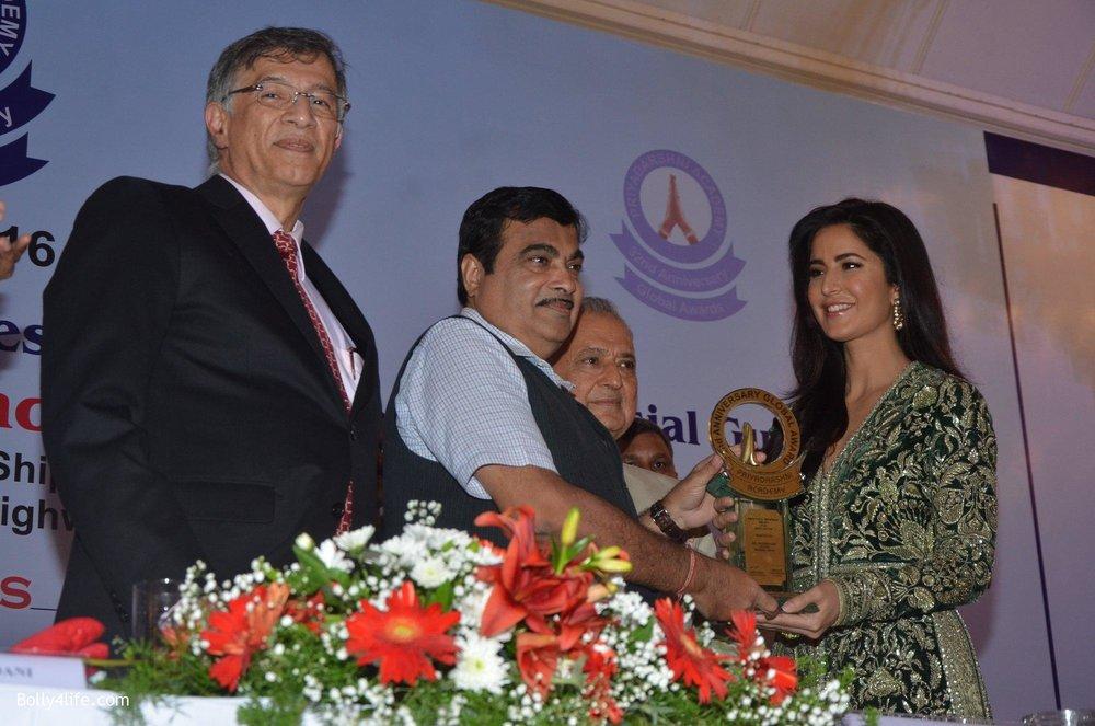 Katrina-Kaif-at-Priyadarshni-Award-on-19th-Set-2016-38.jpg