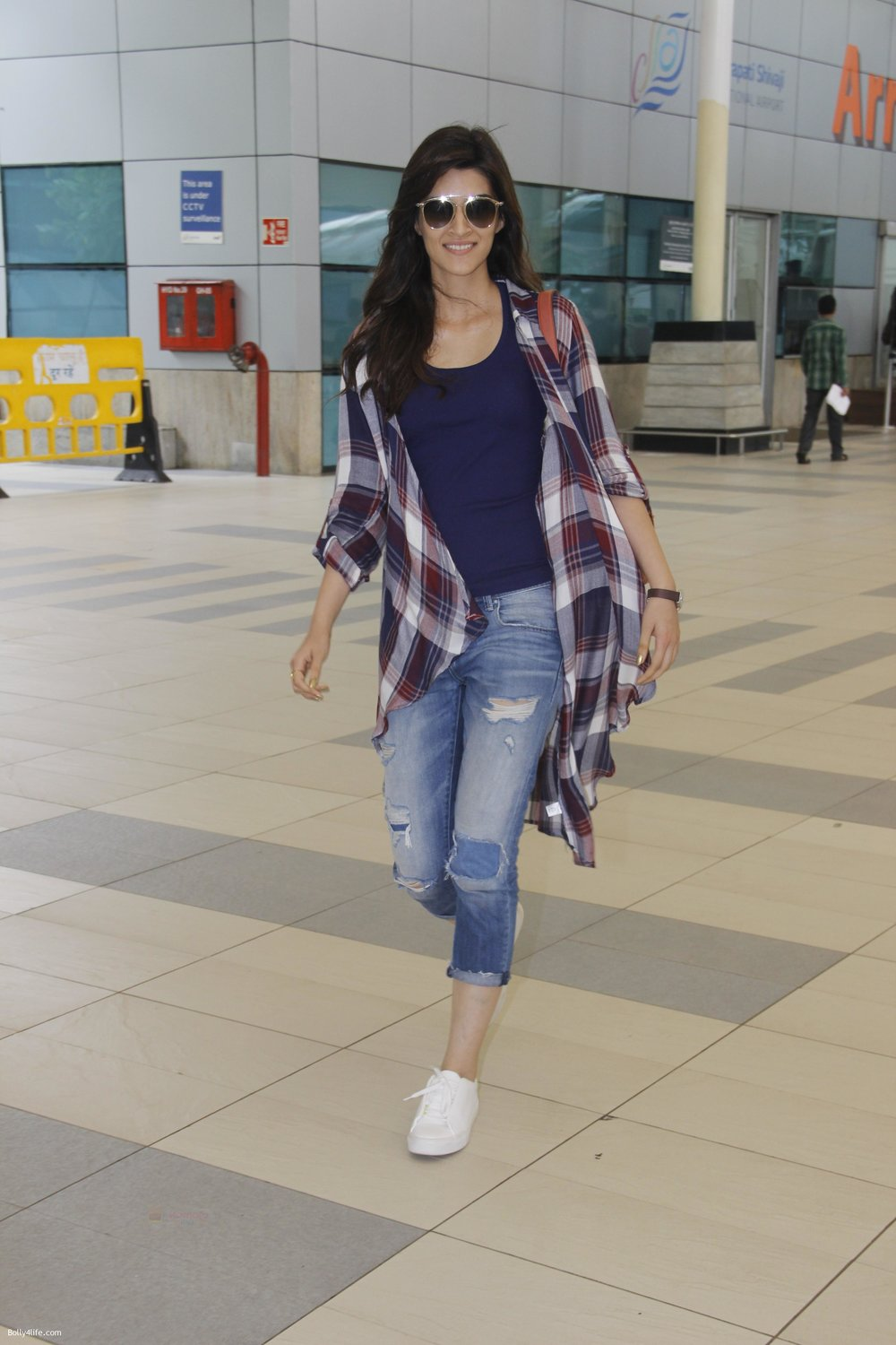 Kriti-Sanon-snapped-at-airport-on-19th-Sept-2016-2.jpg
