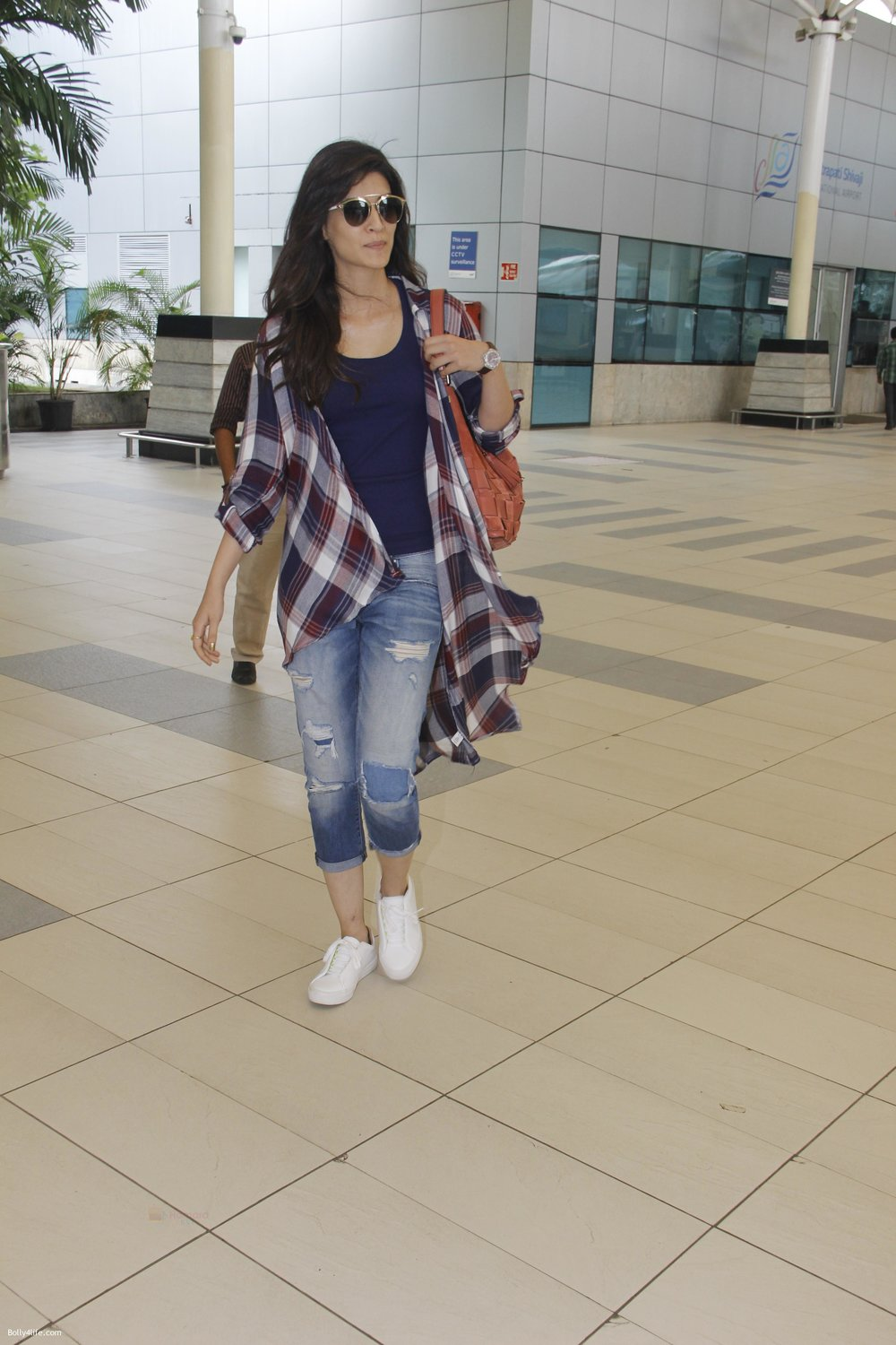 Kriti-Sanon-snapped-at-airport-on-19th-Sept-2016-4.jpg
