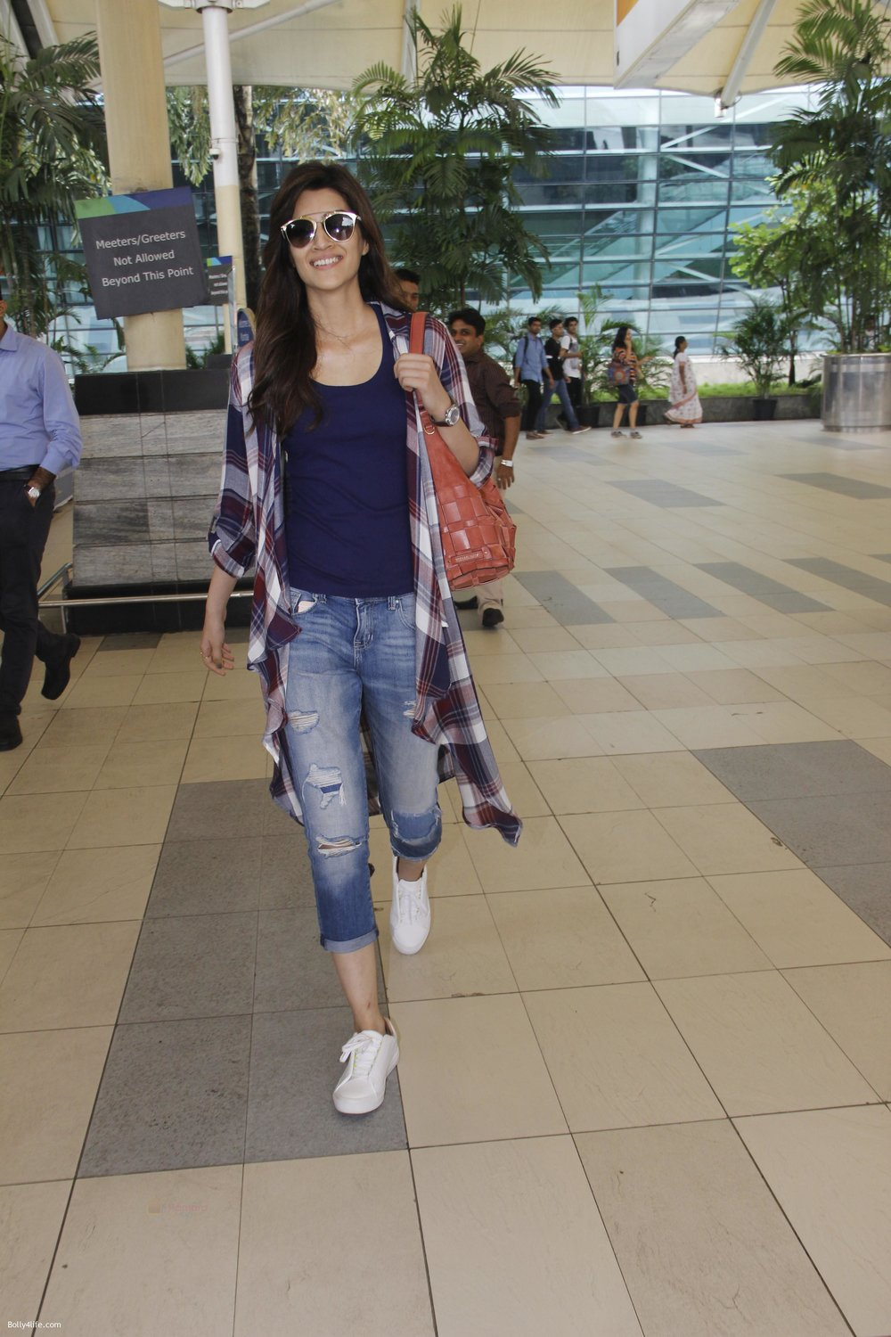 Kriti-Sanon-snapped-at-airport-on-19th-Sept-2016-6.jpg