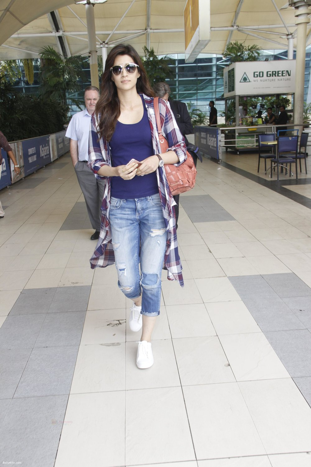 Kriti-Sanon-snapped-at-airport-on-19th-Sept-2016-10.jpg