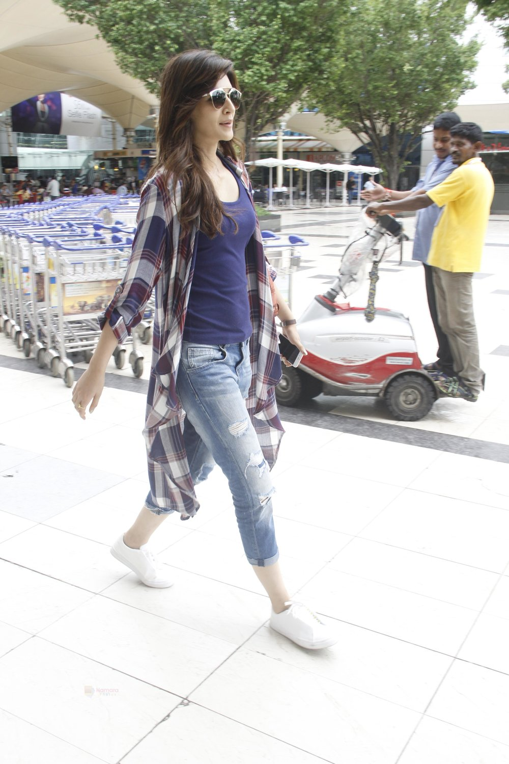 Kriti-Sanon-snapped-at-airport-on-19th-Sept-2016-14.jpg