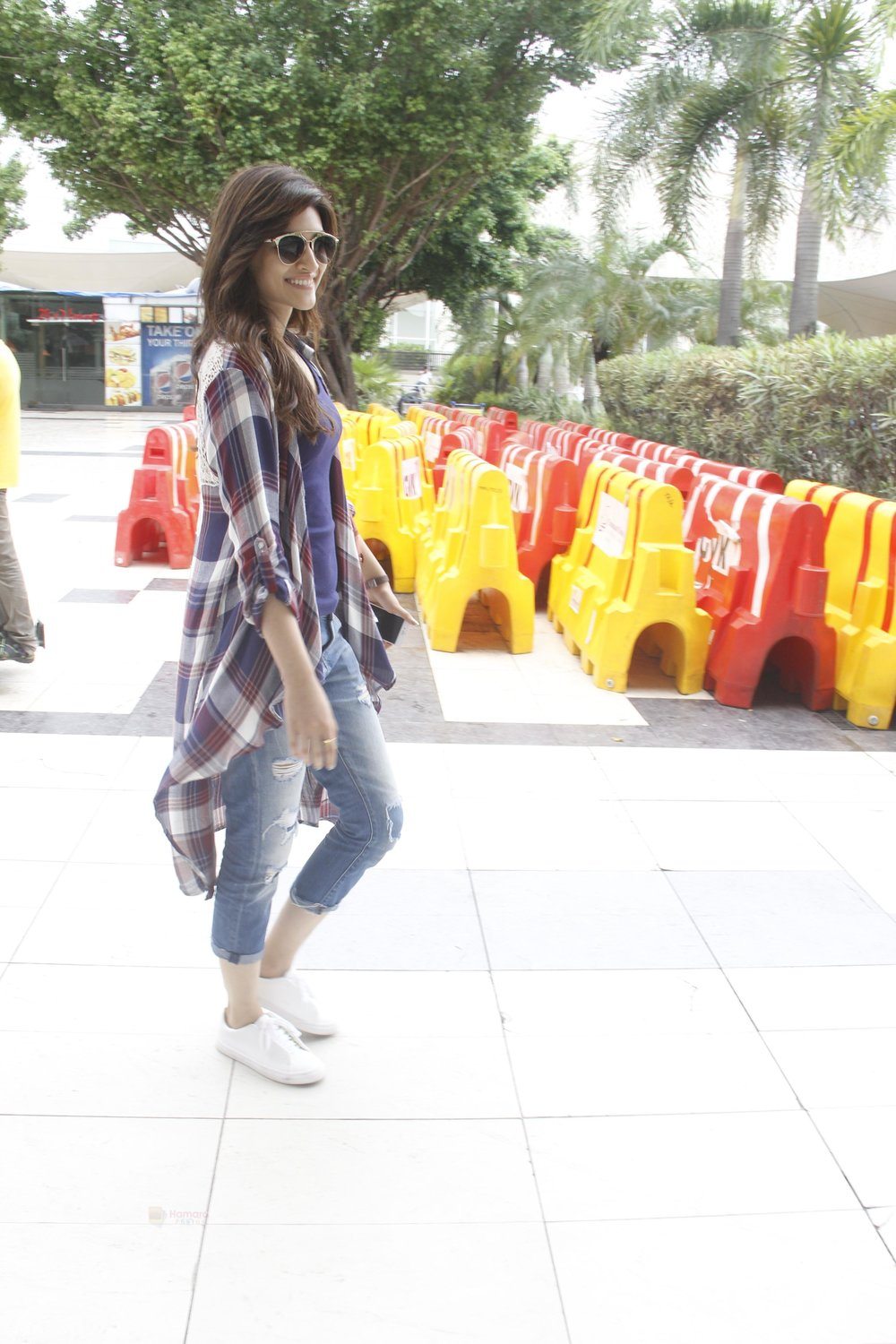 Kriti-Sanon-snapped-at-airport-on-19th-Sept-2016-16.jpg