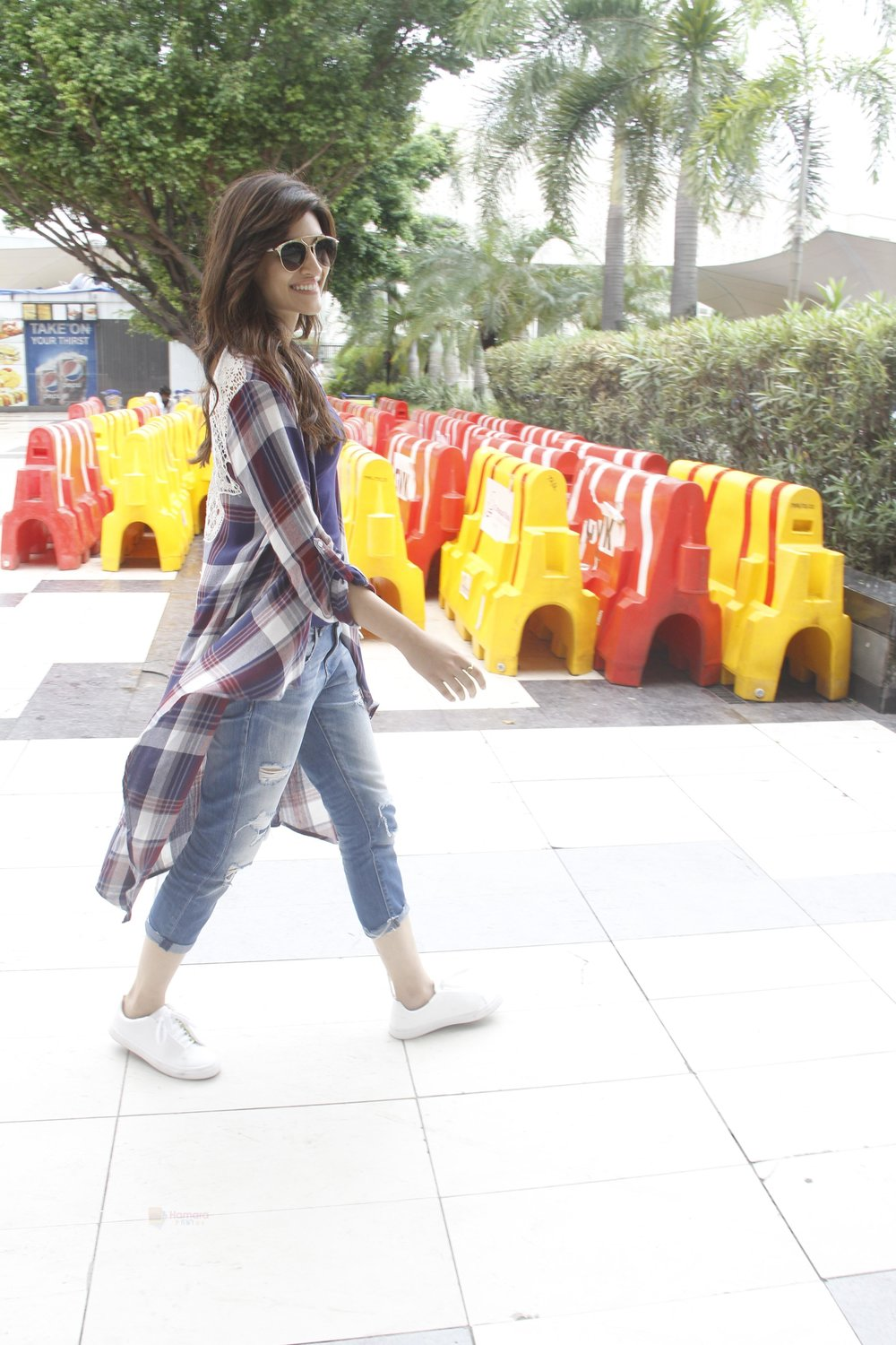 Kriti-Sanon-snapped-at-airport-on-19th-Sept-2016-17.jpg