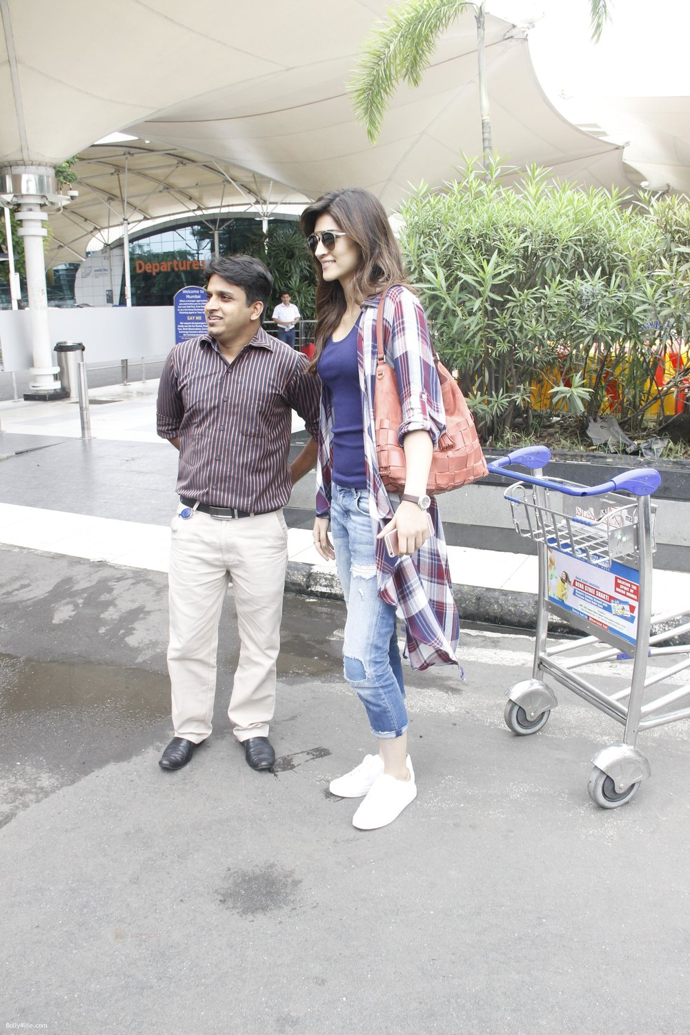 Kriti-Sanon-snapped-at-airport-on-19th-Sept-2016-18.jpg
