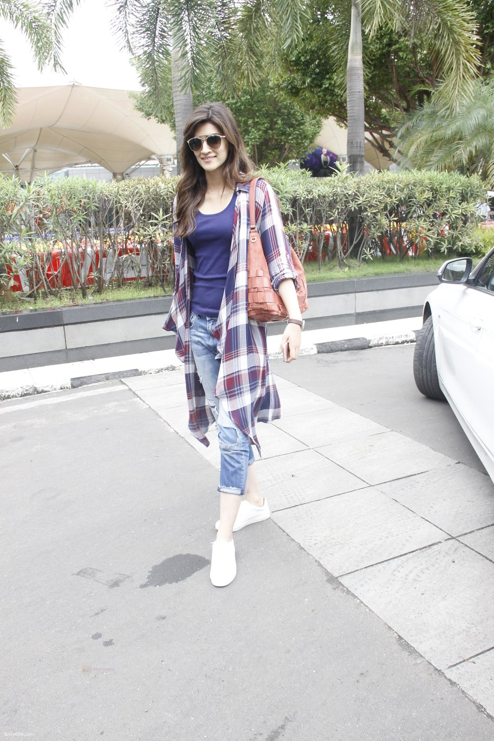 Kriti-Sanon-snapped-at-airport-on-19th-Sept-2016-19.jpg