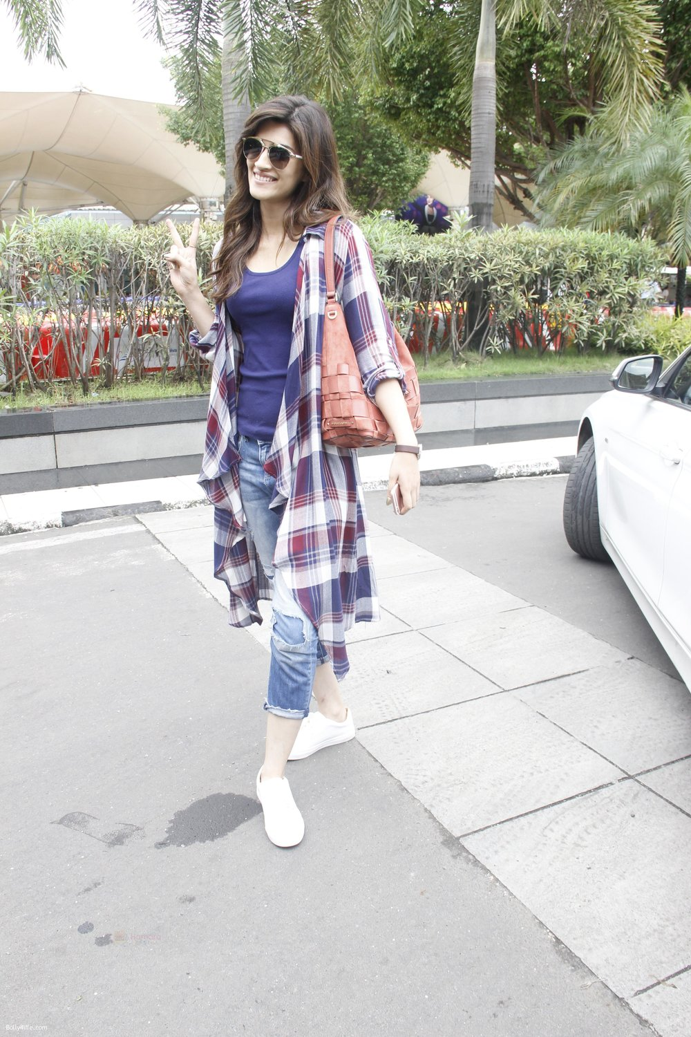 Kriti-Sanon-snapped-at-airport-on-19th-Sept-2016-21.jpg