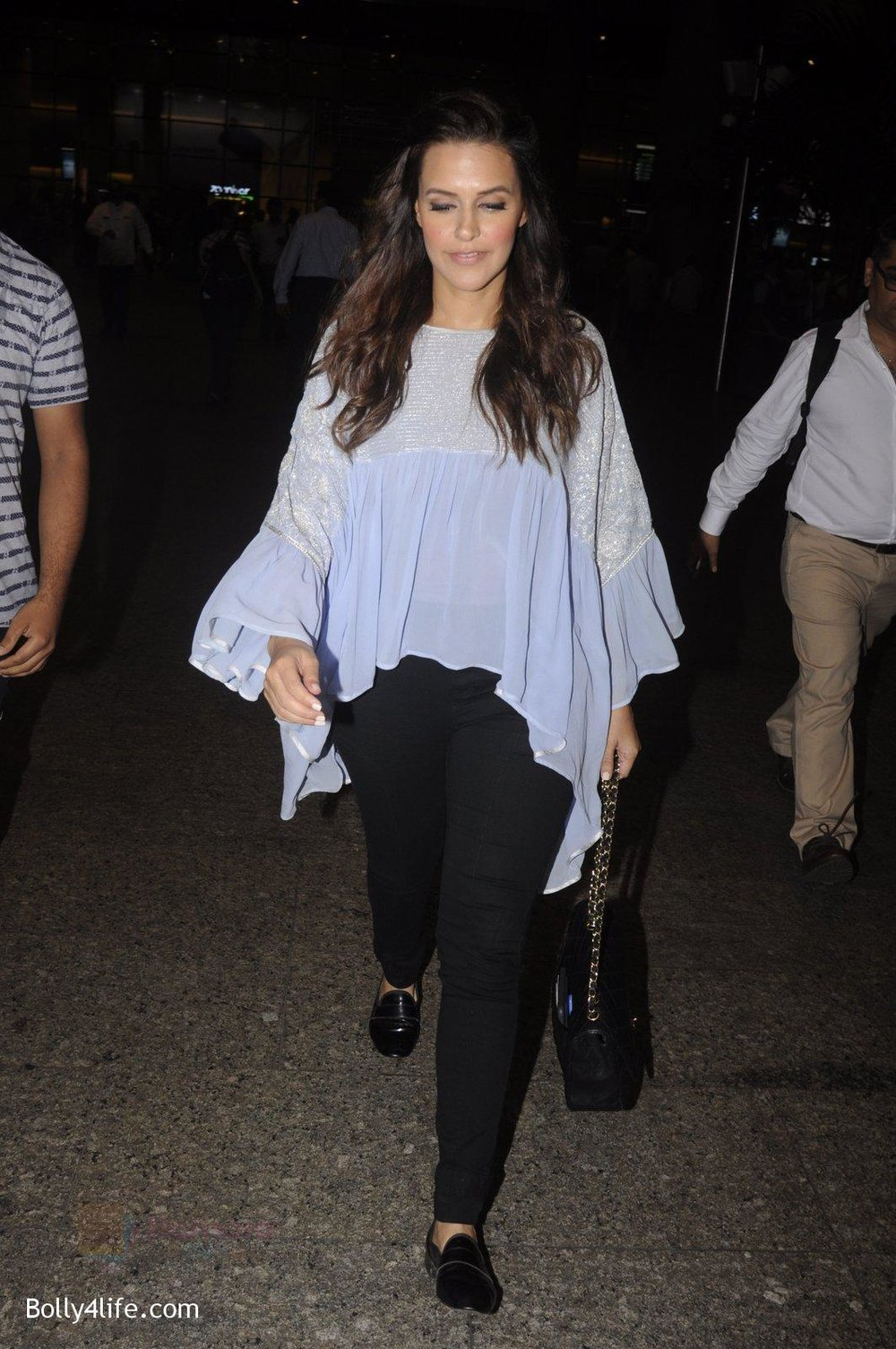 Neha-Dhupia-snapped-at-airport-on-20th-Sept-2016-37.jpg