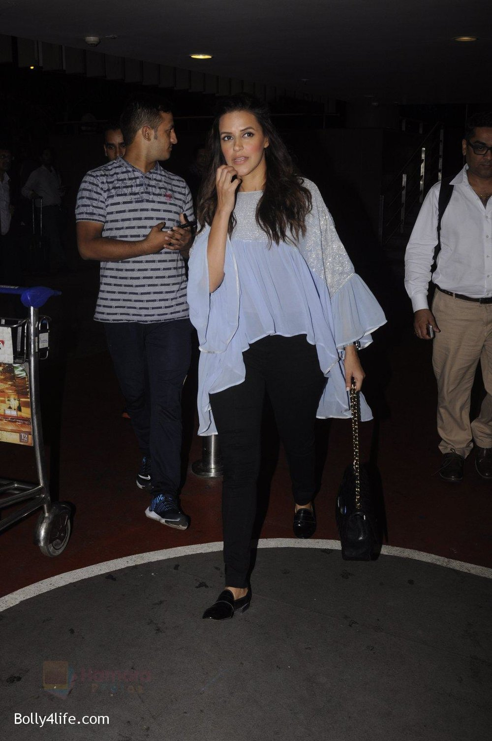 Neha-Dhupia-snapped-at-airport-on-20th-Sept-2016-46.jpg