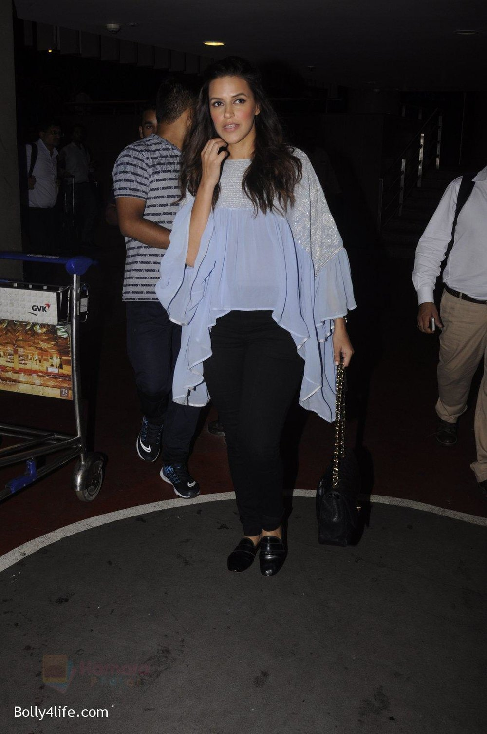 Neha-Dhupia-snapped-at-airport-on-20th-Sept-2016-47.jpg