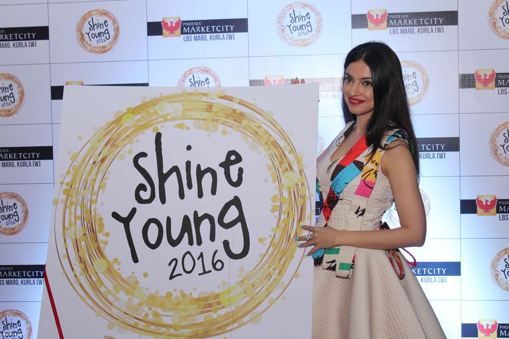 Divya-Khosla-with-Priya-Kumar-at-Young-Shine-2016-Launch_52.jpg