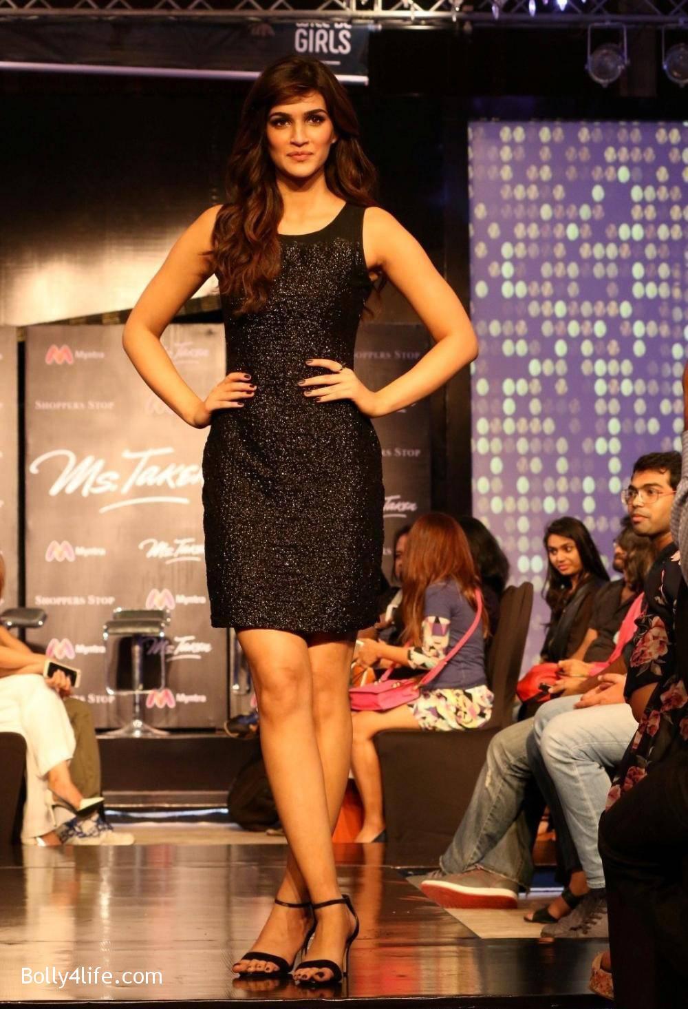 Kriti-Sanon-Stills-At-USPL-Fashion-Show-2016-1.jpg