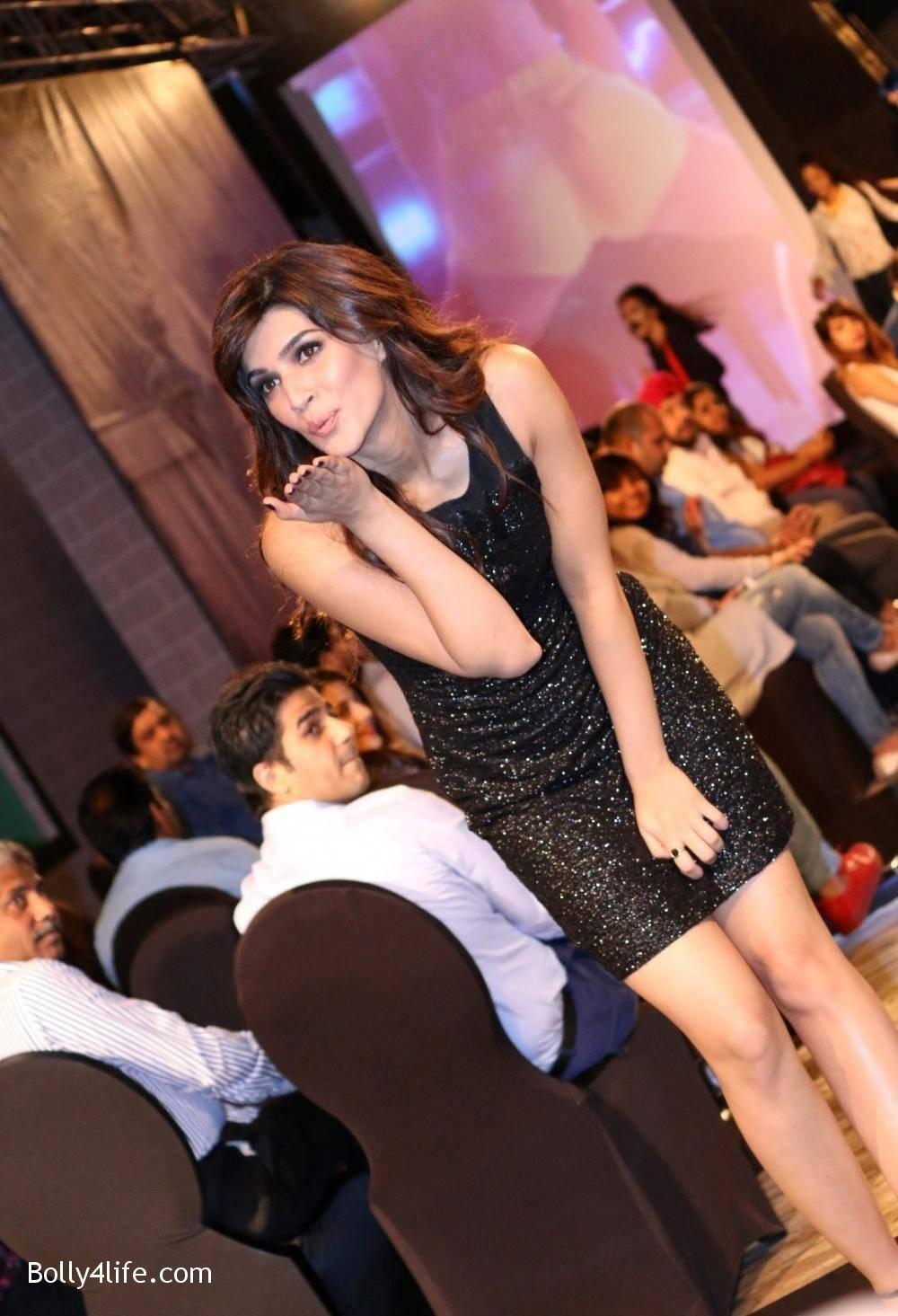 Kriti-Sanon-Stills-At-USPL-Fashion-Show-2016-8.jpg