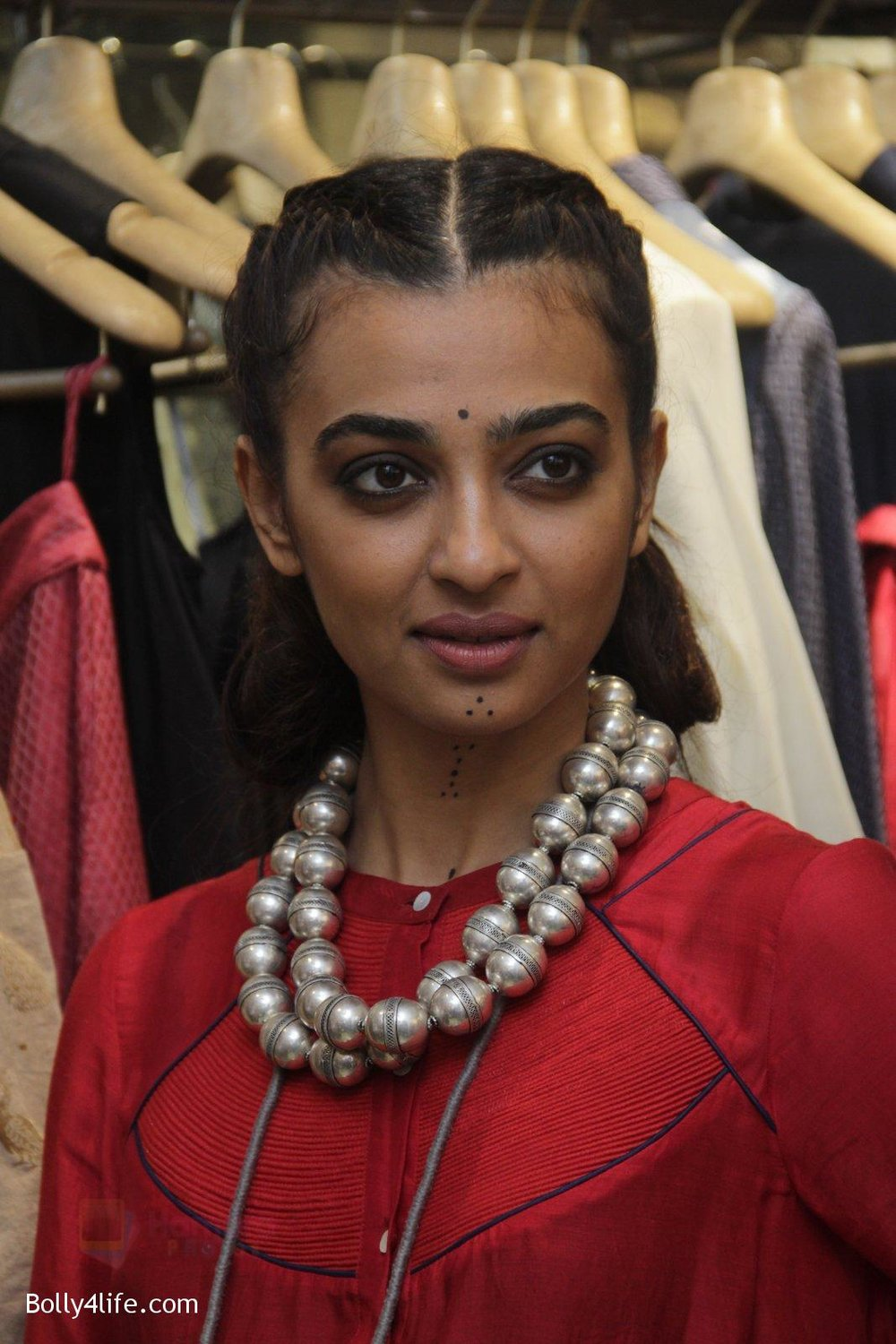 Radhika-Apte-unveil-Festive-Edit-of-new-Luxury-Pret-label-AMOH-by-Designers-Monica-Karishma-of-JADE-on-26th-Sept-2016-32.jpg