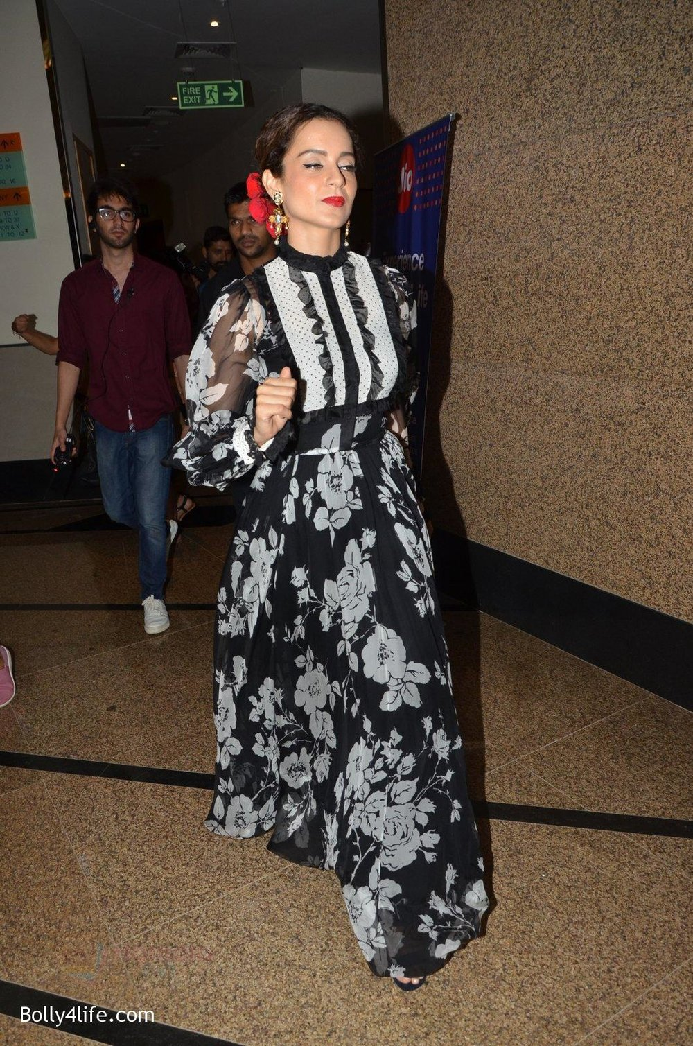 Kangana-Ranaut-at-Jio-Mami-fest-opening-on-29th-Sept-2016-12.jpg