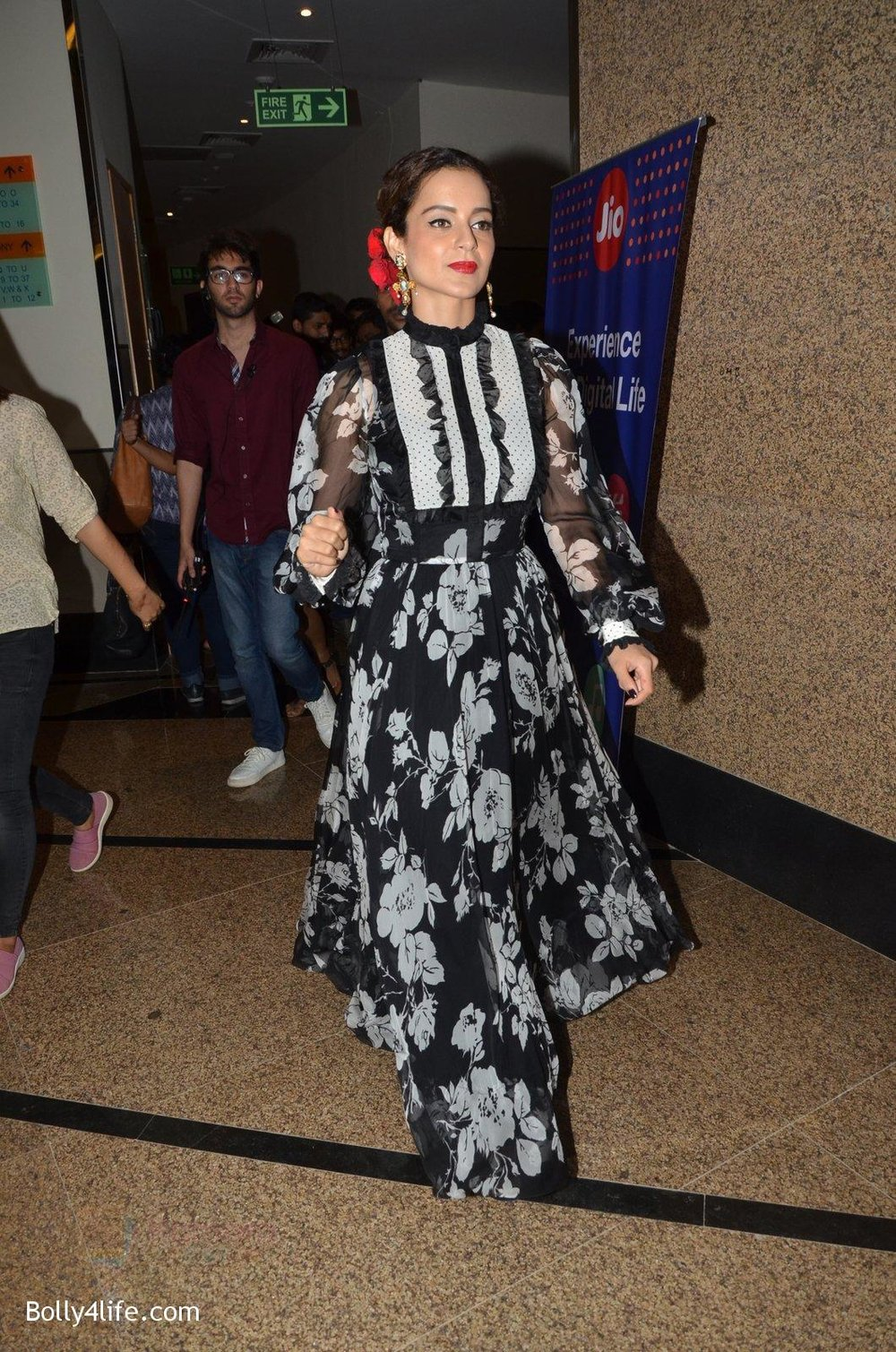 Kangana-Ranaut-at-Jio-Mami-fest-opening-on-29th-Sept-2016-13.jpg