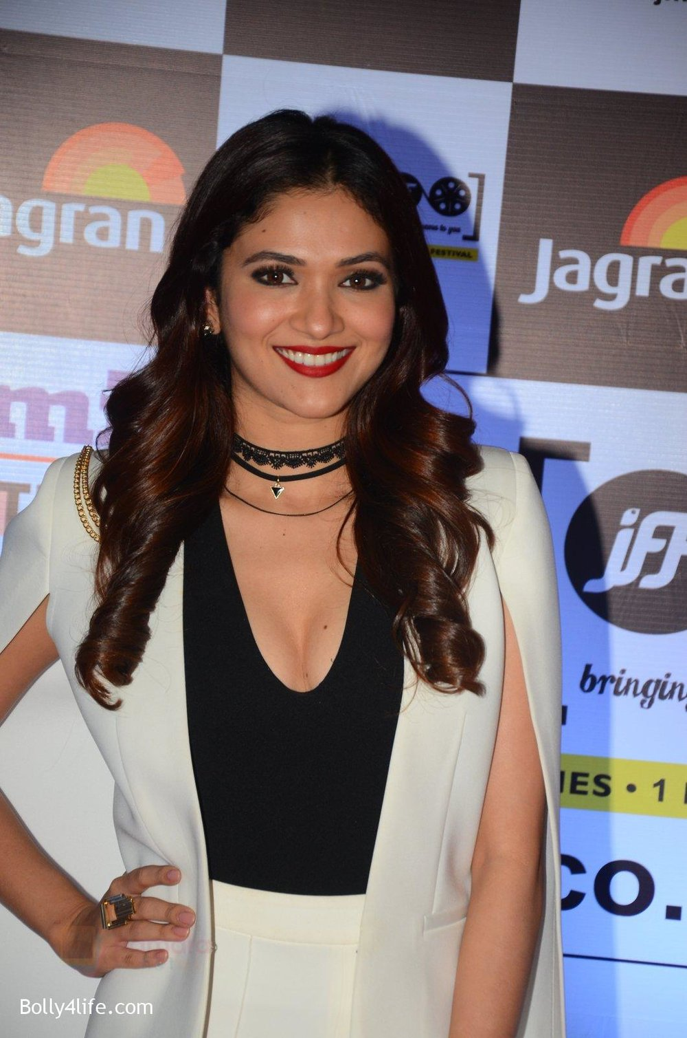 Riddhima-at-Jagran-Film-fest-awards-on-30th-Sept-2016-16.jpg