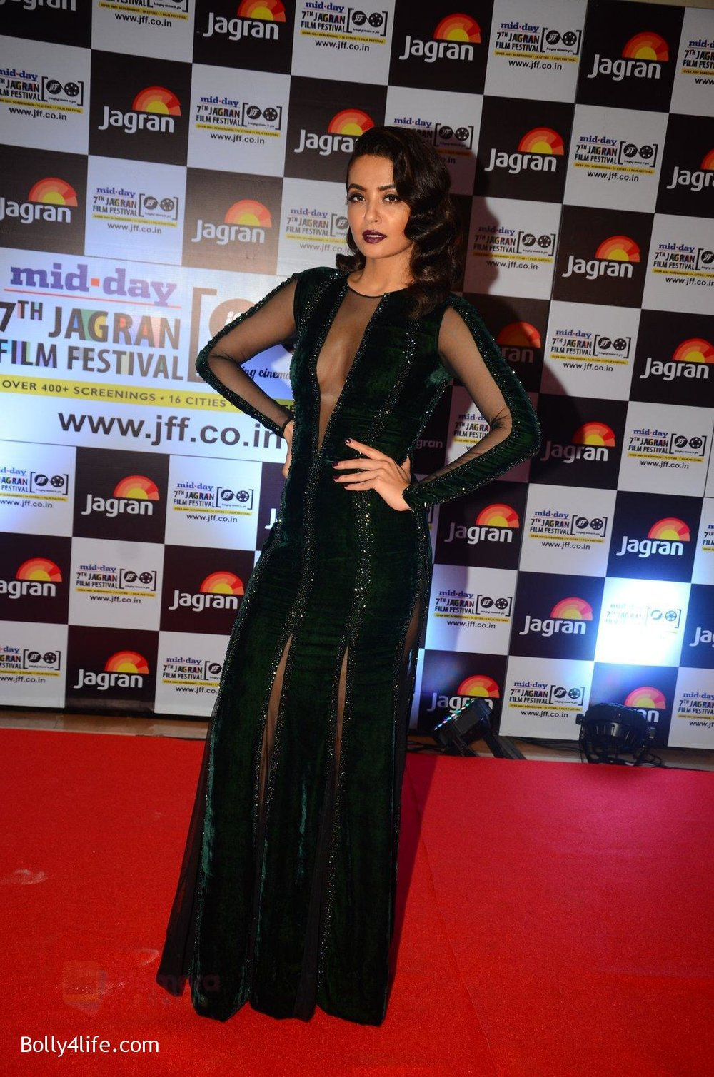 Surveen-Chawla-at-Jagran-Film-fest-awards-on-30th-Sept-2016-12.jpg